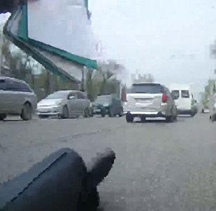 Видео наезда на милиционера в центре Бишкека распространило УПМ
