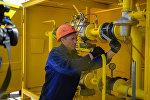 Сотрудник муниципальной службы во время подключения к природному газу. Архивное фото