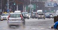 Автомобили во время движения по проспекте Чуй в Бишкеке. Архивное фото