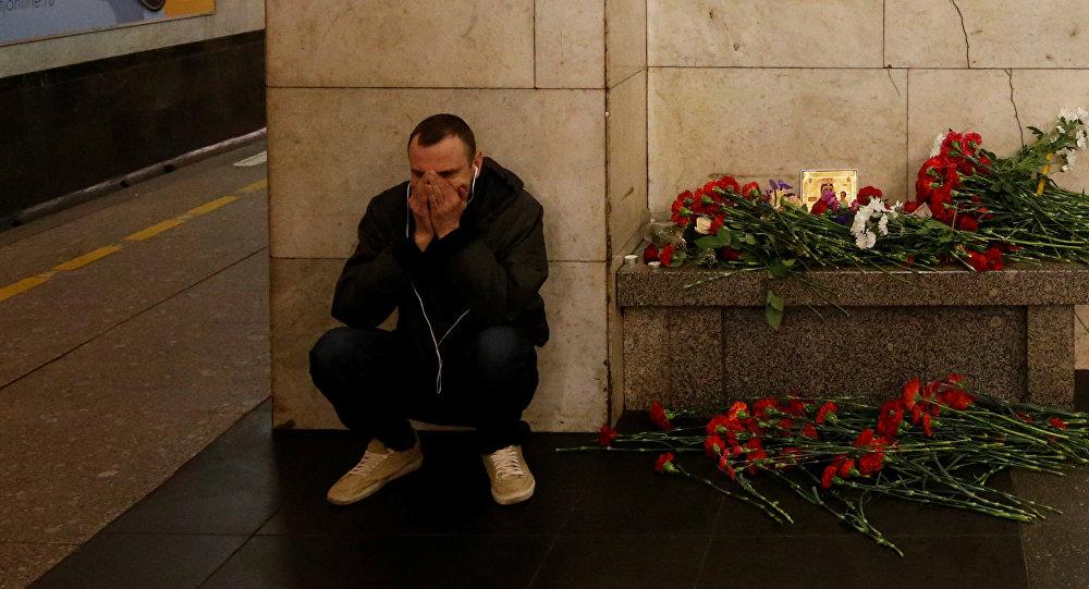 Мужчина рядом с мемориальной площадкой жертв взрыва в петербургском метро на станции метро Технологический Институт