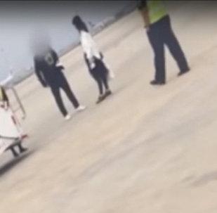 Муж с женой подрались у трапа самолета в Китае