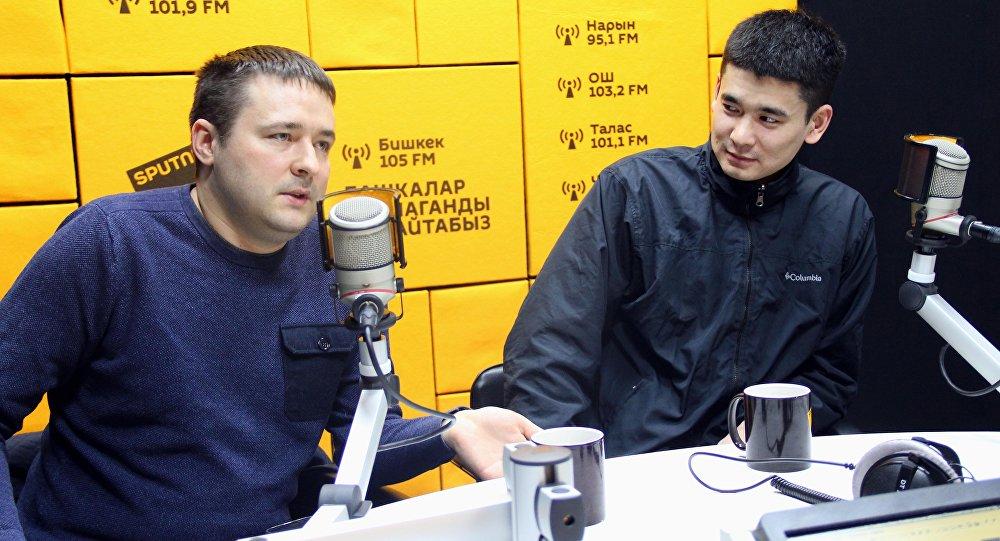 Программист Болот Ибрагимов и владелец компьютерного магазина Максим Золотых во время интервью Sputnik Кыргызстан