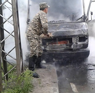 В центре Бишкека сгорел грузовой фургон — кадры с места пожара