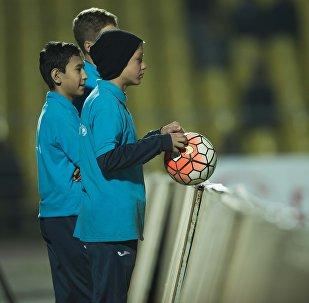 Дети с мячом. Архивное фото
