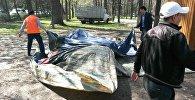 Мэрия Бишкека демонтировала незаконно установленные батуты на бульваре Эркиндик от проспекта Чуй до улицы Боконбаева и в Дубовом парке.