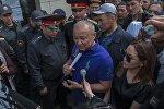 Экс-мэр Бишкека и бывший депутат Жогорку Кенеша Нариман Тюлеев на месте оцепления здания компании Sapatcom милиции в Бишкеке