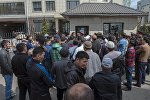 Сотрудники милиции и очевидцы на месте оцепления здания компании Sapatcom в Бишкеке
