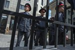 Сотрудники милиции на месте оцепления здания компании Sapatcom в Бишкеке