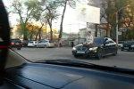 Бишкекте чак түштө кыз BMW машинасынын капотуна отуруп алып жүргөн