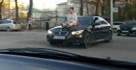В центре Бишкека девушка прокатилась на капоте автомобиля марки BMW
