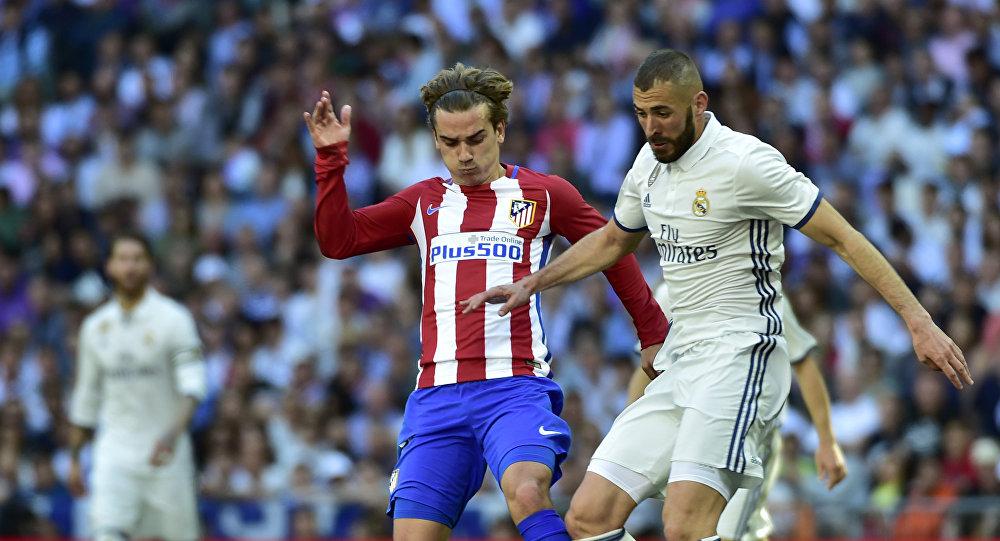 Французский нападающий Реала Карим Бензема соперничает с французским нападающим Атлетико Мадрид Антуаном Гризманном. Архивное фото