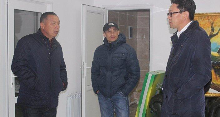 Депутат Балыкчинского горкенеша Сагын Кудайбергенов (слева) на собственные средства купил дизельный генератор для городского центра гемодиализа