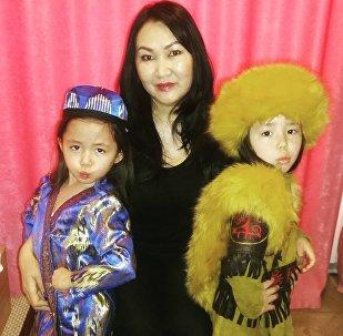 Сестры Айпери и Нурпери Тургуналиевы с мамой Наргизой Сулеймановой