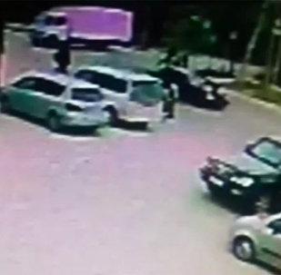 Наезд на школьников произошел 21 апреля днем на пересечении улиц Ремесленной и Бакаева. Милиция выяснила, что детей на пешеходном переходе сбил темно-синий Mercedes.