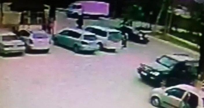 21-апрелде Бишкек шаарындагы күндүз Бакаев жана Ремесленная көчөлөрүнүн кесилишинен окуучуларды автоунаа коюп кеткен. Милициянын маалыматына ылайык, балдарды жөө адамдар өтө турчу жерден Mercedes Benz үлгүсүндөгү машина сүзгөн.