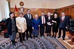 ЖК төрагасы Чыныбай Турсунбеков жана Репрессия курмандыктарынын балдары