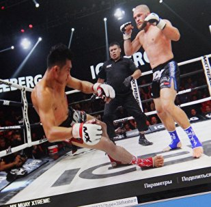Снимок с социальной сети Facebook открытой группы MX MUAY XTREME. Спортсмен из Кыргызстана Рафаэль Физиев во время боя против таиландца Йодпаяка Ситсонгпинонга