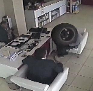 Колесо от машины влетело в аптеку в Турции — кадры с камеры наблюдения