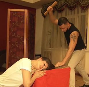 Топор вместо ножниц: как делает стрижки парикмахер-экстремал из Сибири
