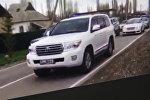 Группа автомобилей с тонированными стеклами и включенными спецсигналами едет по встречной полосе в Бишкеке, фото со страницы Instagram пользователя oper_style_kg
