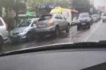 Бишкекте Lexus үлгүсүндөгү унаа жолдун каршы тилкесине чыгып, тыгын жаратты
