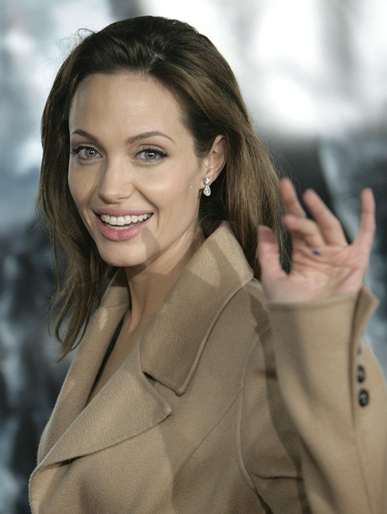 В 2006 году титул самой красивой женщины года по версии издания People достался Анджелине Джоли