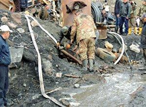 Сотрудники МЧС на шахте в селе Жыргалан Ак-Сууйского района Иссык-Кульской области, где произошло прорыв грунтовых вод