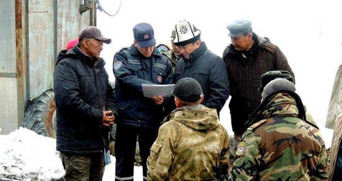 Попавших под обвал вКиргизии шахтеров спасли спустя двое суток
