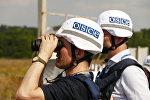 Представители инспекции ОБСЕ осматривают территорию Донецкой фильтровальной станции, которая находится на линии соприкосновения в Донбассе между городами Ясиноватая и Авдеевка, в районе которой зафиксировано большое количество обстрелов украинскими силовиками.