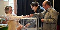 Избиратели голосуют на избирательном участке в коммуне Ле-Туке департамента Па-де-Кале во время первого тура президентских выборов во Франции.