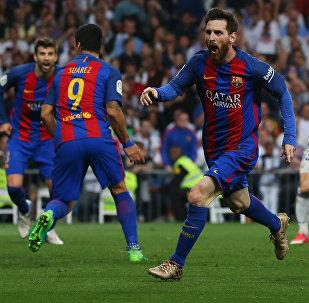 Нападающий Лионель Месси из ФК Барселоны отмечает свой забитый гол в ворота Реал Мадрида на Испанской Лиге в стадионе Сантьяго Бернабеу в Мадриде