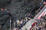 Черный дым от дымовых шашек во время футбольного матча Кубка PSV в Эйндховене против Аякса в Эйндховене. 23 апреля 2017 года
