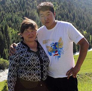 Выживший под завалами в Жыргалане шахтер Кайрат Доргоев с матерью. Архивное фото