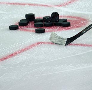 Хоккейная клюшка и шайбы. Архивное фото