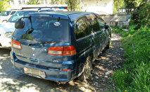 Брошенный автомобиль в одном из дворов Бишкека. Архивное фото