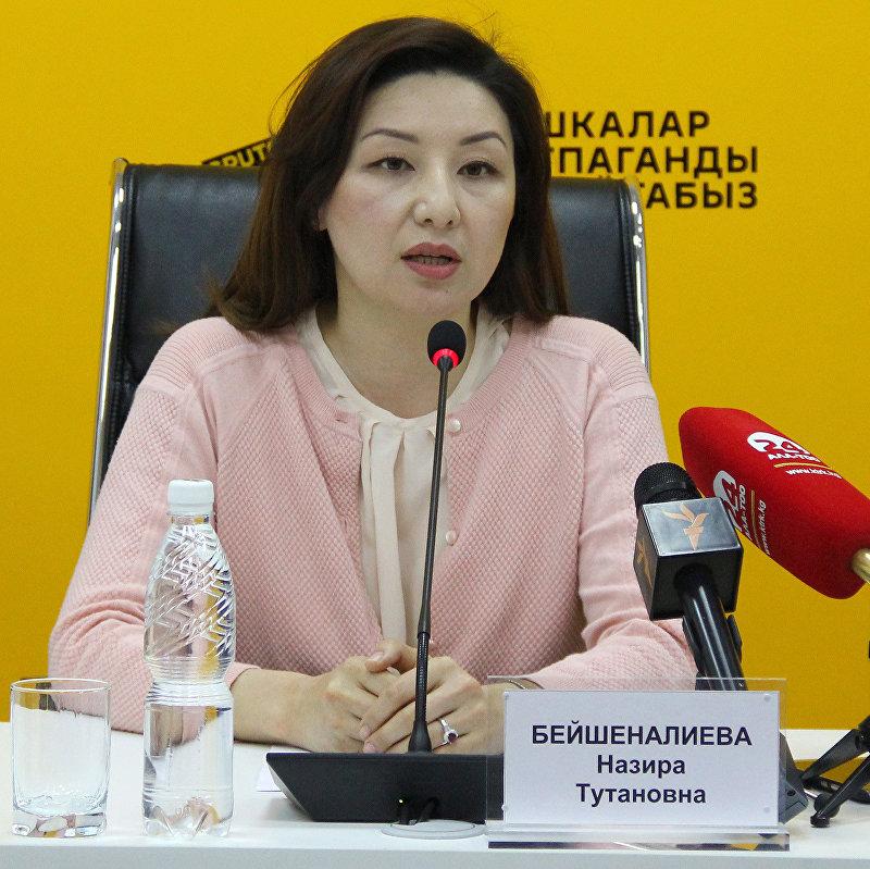 Гражданский активист Назира Бейшеналиева на пресс-конференции на тему Граждане требуют усилить безопасность на дорогах после ДТП со школьниками в мультимедийном пресс-центре Sputnik Кыргызстан