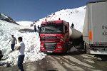 Бишкек — Ош унаа жолуна кар көчкү түшүп, эки бензовозду жолдун жээгине сүрүп чыгарган