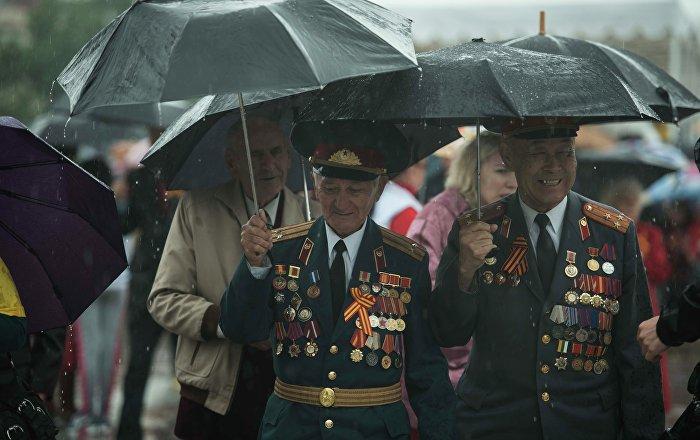 Военный парад под дождем в Бишкеке. Архивное фото