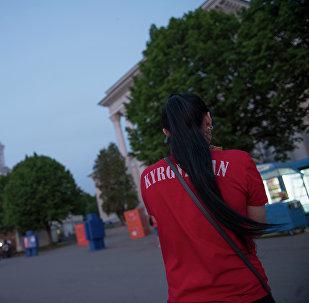 Девушка с футболкой надписью Кыргызстан. Архивное фото