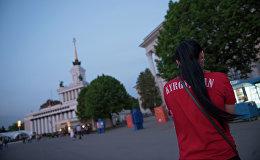 Девушка с надписью на футболке Кыргызстан. Архивное фото