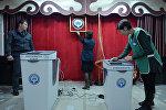 Члены местной избирательной комиссии готовят избирательный участок перед выборами. Архивное фото