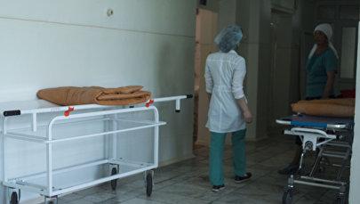 Медсестра в коридоре больницы. Архивное фото