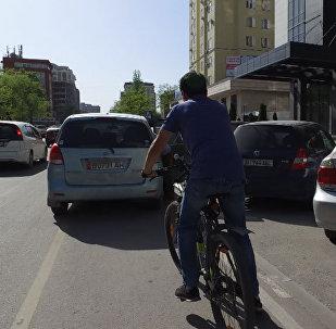 Бишкектеги велосипед үчүн бөлүнгөн жолду айдоочулар басып алган