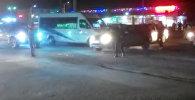 Двое мужчин регулировали движение в Бишкеке — кадры с перекрестка