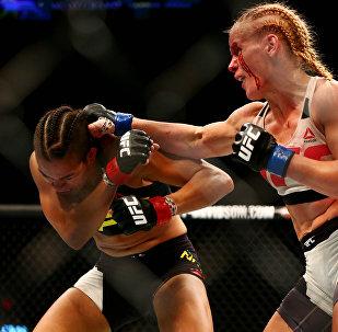 Архивное фото тайбоксера из Кыргызстана Валентины Шевченко во время боя в рамках UFC 196 с представительницей Бразилии Амандой Нуньес