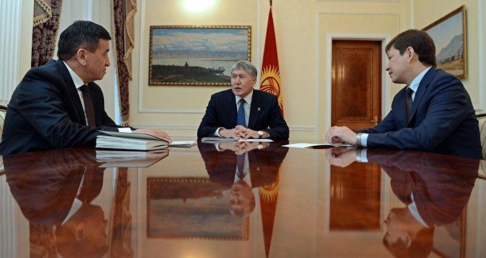 Президент КР Алмазбек Атамбаев во время встречи с премьер-министром Сооронбаем Жээнбековым и руководителем своего Аппарата Сапаром Исаковым. Архивное фото