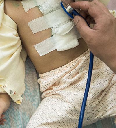 Ребенок во время осмотра врача в больнице. Архивное фото