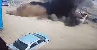 В Кузбассе колесо БелАЗа лопнуло во время накачки, взлетело в воздух и рухнуло на легковое авто