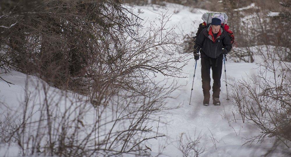 Альпинист во время восхождения. Архивное фото