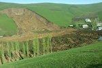 Последствия схода оползня в селе Аюу в Узгенского района